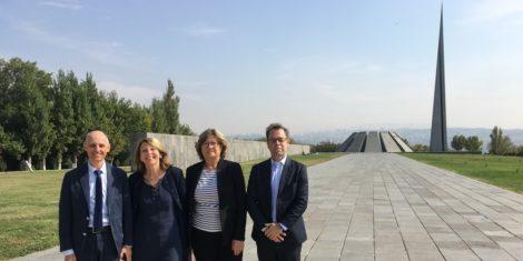 A Tsitsernakaberd, en hommage aux victimes du génocide arménien